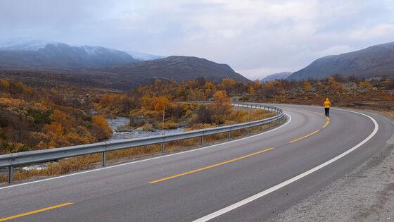 sky, fjell, vei, høst, person med orange jakke