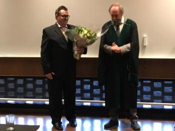 bilde av kandidaten og professoren ved disputas.