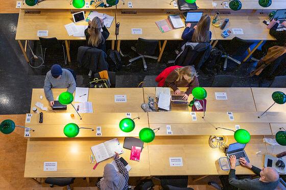 Bildet kan inneholde: bord, fotografi, møbler, grønn, produkt.