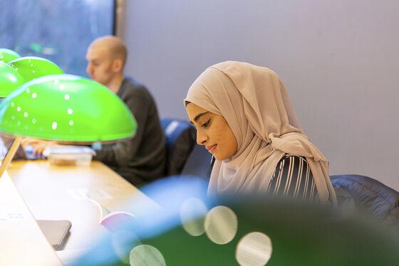 student som arbeider på leseplassene i HumSam-biblioteket